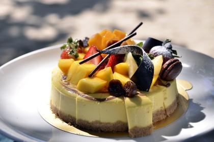 Mousse alla vaniglia con frutta su fondo biscottato